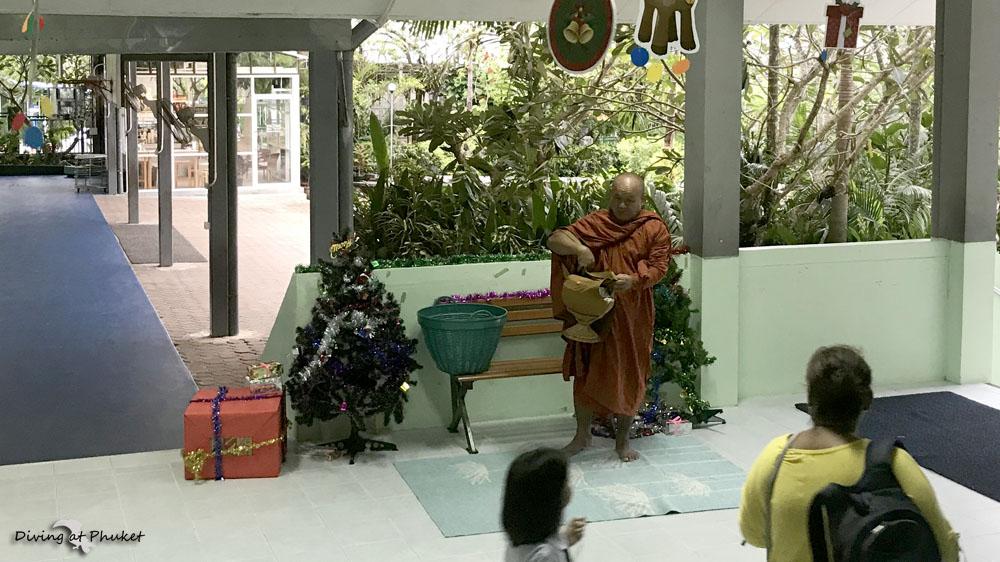 僧侶とクリスマスツリー